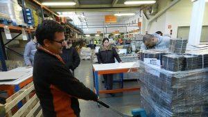 trabajadores en un centro logístico